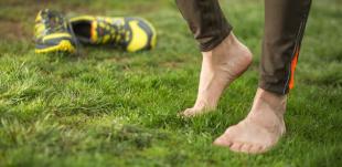 Quais são os benefícios de andar descalço?